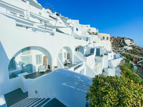サントリーニの崖に建つリゾートホテル