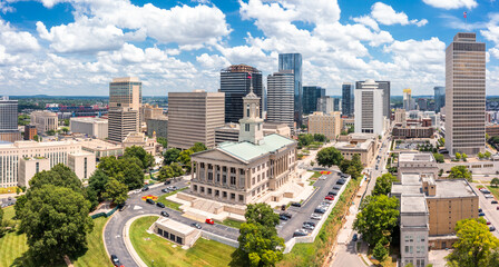 Obraz Aerial view of Nashville Capitol and skyline on a sunny day. Nashville is the capital and most populous city of Tennessee, and a major center for the music industry - fototapety do salonu