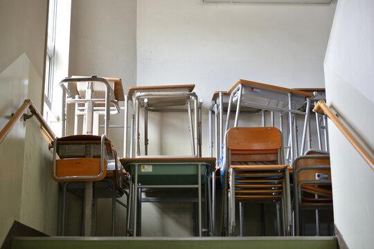 学校の積み上げられた机と椅子