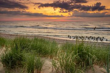 Piękny zachód słońca nad morzem, wydmy, plaża