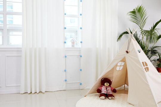 실내 거실에 설치된 창과 커튼