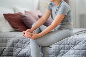 Fototapeta Woman's leg hurts, pain in the foot, massage of female feet at home obraz