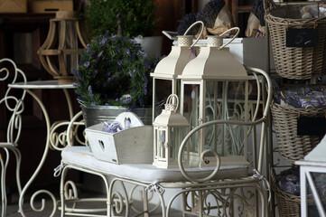 Fototapeta Wyposażenie ozdoby do domu lampy stojące i koszyki w baiłym kolorze obraz