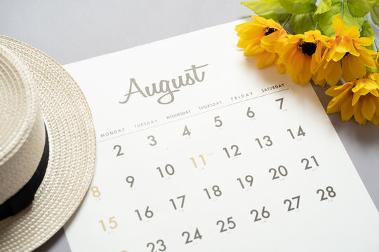 8月のカレンダーとひまわり
