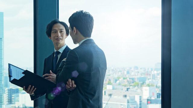 オフィスで会話するビジネスマン