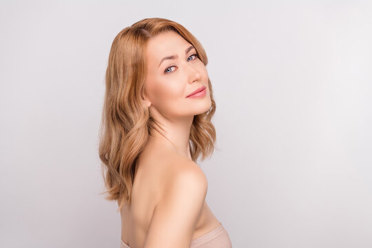 Photo portrait woman naked shoulders doing skin treatment in salon isolated white color background
