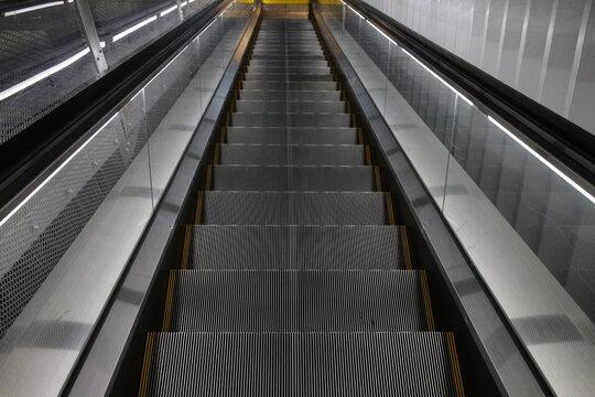 エスカレーター, 階段, 階段, 建築, 階段, ビジネス, アーバン, ビル, ステーション, シティ, 階段, 上り, はがね, 交通, 動く, エレベーター, ステップ, 地下鉄, 動く, 飛行場, メタル, 下に, ショッピングモール, 地下