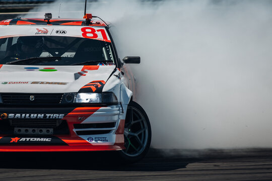 Toyota Mark Fresh Auto in drift with a lot of smoke