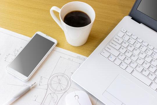 メカ図面とノートパソコン。在宅勤務での設計開発業務イメージ