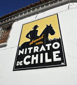 Azulejo publicitario de Nitrato de Chile, empresa de abonos agrícolas. Fuente de Cantos, pueblo de la provincia de Badajoz en Extremadura España. Azulejos publicitarios de España