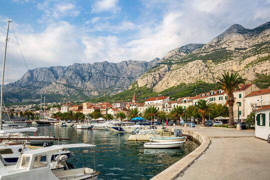 Croatia, Split-Dalmatia County, Makarska, Makarska Riviera harbor with Biokovo range in background