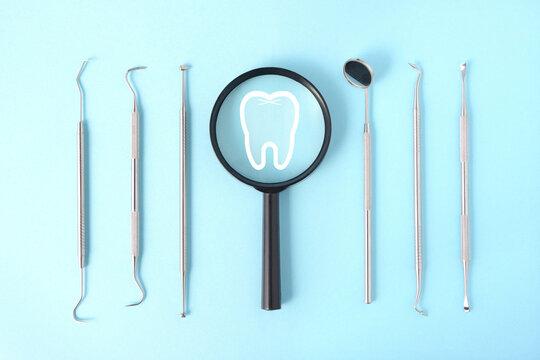 虫眼鏡と歯と歯科医師の道具