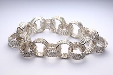 Obraz bransoletka srebrna na białym tle - fototapety do salonu
