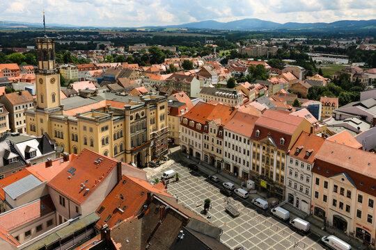 Turmblick auf die Altstadt von Zittau mit Rathaus und Fernblick zum Jeschken und Zittauer Gebirge