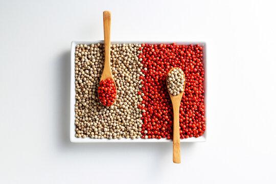 Tigela com variações de pimenta com colher de pau