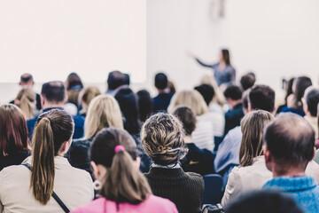 Obraz Woman giving presentation on business conference. - fototapety do salonu