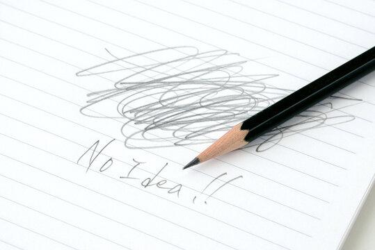 鉛筆とノーアイデアと書かれたノート