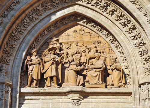 Puertas de la Catedral de Sevilla. Tímpano de la Puerta de Palos o Puerta de la Adoración de los Magos. Escultura del Renacimiento en Andalucía España