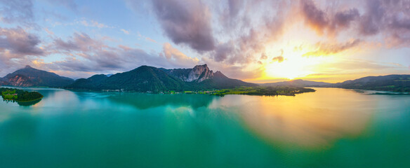 Fototapeta Salzkammergut Mondsee und Drachenwand Panorama während eines wunderschönen Sonnenunterganges obraz