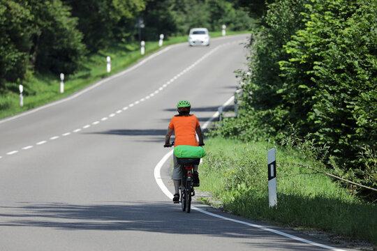 fahrradfahrer auf einer landstraße