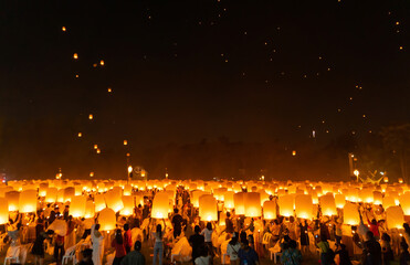 Fototapeta Thai people release sky floating lanterns or lamp to worship Buddha relics at night. Traditional festival in Chiang mai, Thailand. Loy krathong and Yi Peng Lanna ceremony. Celebration background. obraz