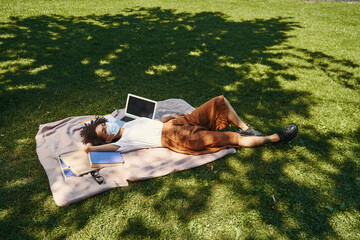 Obraz So pleasant to relax in shadow of the trees - fototapety do salonu