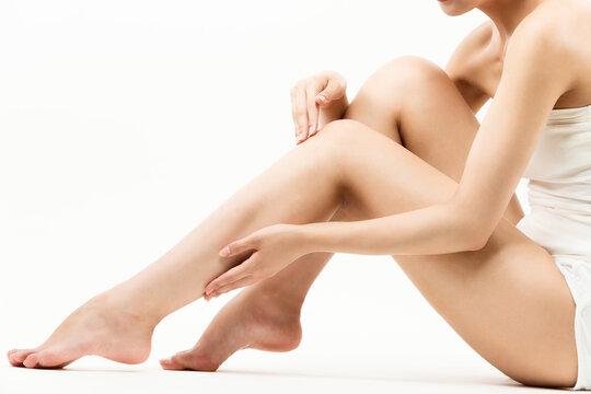 脚をスキンケアする女性
