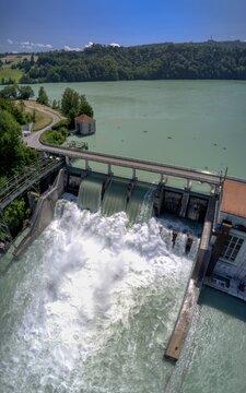 Offene Schleusen beim Wasserkraftwerk Mühleberg im Kanton Bern nach dem Hochwasser 2021, Schweiz