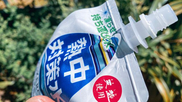 赤穂化成 熱中対策水 レモン味 300g ソフトパウチを飲む。真夏の屋外で作業中の水分補給/熱中症・脱水症状対策