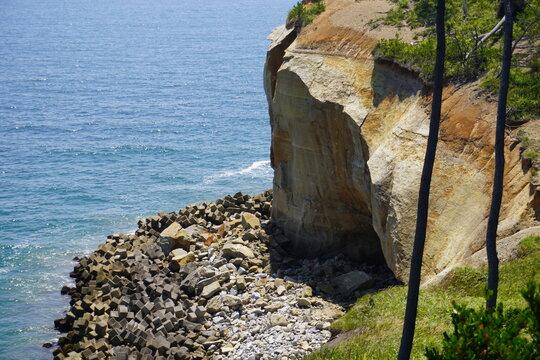 海沿いの切り立った崖、福島県相馬市松川浦