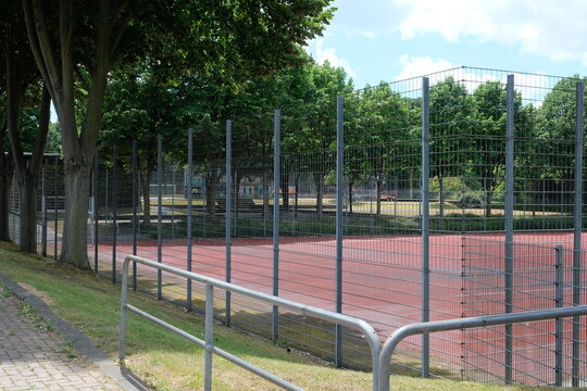 FU 2020-06-06 WeiAlong 209 Blick auf einen Sportplatz mit Metallzaun