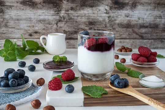 Preparation of fresh yoghurt with blueberries and raspberries