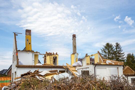 Ein zum Teil abgerissenes, älteres Haus
