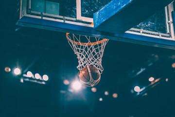Estores personalizados esportes com sua foto Scoring during a basketball game ball in hoop