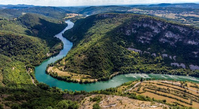 La rivière d'Ain depuis un drone à Balvay, Bugey, France