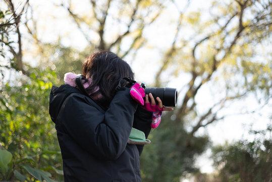 niñas niños fotógrafos, practicando fotografía con cámara digital al aire libre