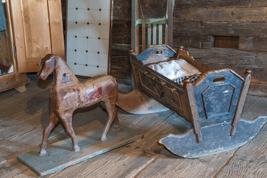 Nostalgisches Holzpferd und Holzwiege