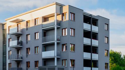 Obraz szary blok mieszkalny z niebem w tle - fototapety do salonu