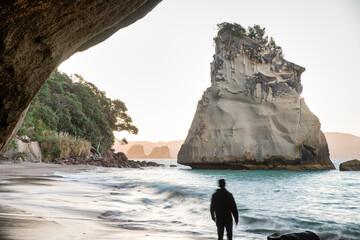 Kathedraal Cove bij zonsondergang. Het is een belangrijke attractie op het schiereiland Coromandel, Nieuw-Zeeland
