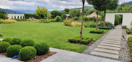 Obraz Piekny zielony ogród, lato w ogrodzie  - fototapety do salonu