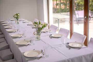 Fototapeta stół nakryty obrusem przygotowany na przyjęcie obraz