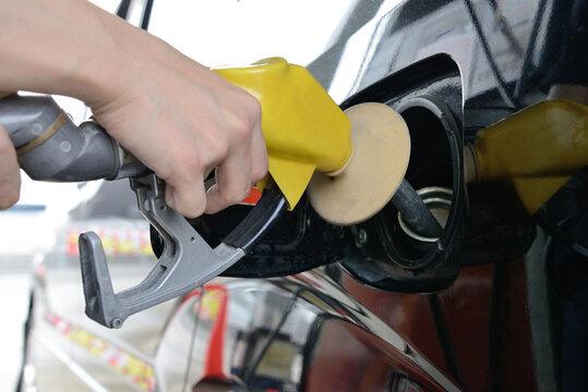 ガソリンスタンで給油をする人物の手元