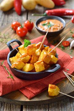 Patatas Bravas mit scharfer Chili-Sauce, ein Klassiker unter den spanischen Tapas-Gerichten – Spanish fried potato cubes with spicy chili sauce, traditional appetizers