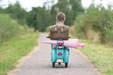 Mädchen fährt zur Schule