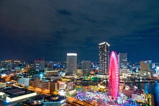 ネオンの光と街の夜景