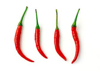 4 Red hot chili peper met groene stengel geïsoleerd op een witte achtergrond. Groep rode Spaanse peper. bovenaanzicht.