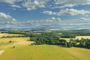 Przedgórze Sudeckie. Pofałdowany teren pokryty polami uprawnymi i lasami. Zdjęcie wykonane z użyciem latającego drona.