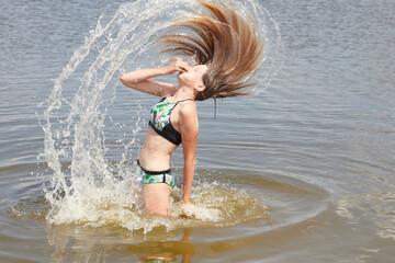 Fototapeta Fontanna z włosów nad rzeką obraz