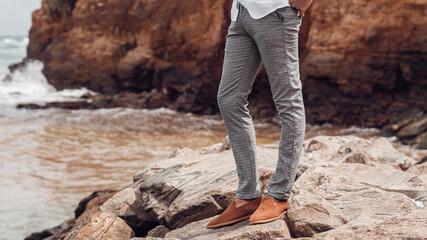 Fototapeta Jasne szare spodnie męskie chinosy, moda męska, zdjęcie reklamowe odzieży. obraz