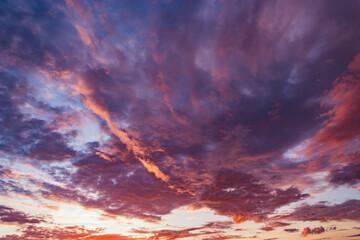 Verbazingwekkende cloudscape aan de hemel bij zonsondergang.